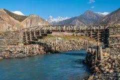 Holzbrücke über dem Gebirgsfluss im Himalaja Lizenzfreies Stockfoto