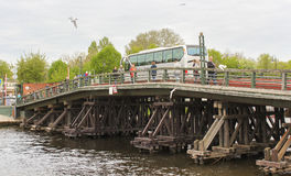 Holzbrücke über dem Kronverksky-Kanal Stockbilder