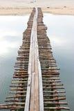 Holzbrücke über dem Meer Stockbild