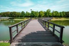Holzbrücke über dem See dem Park an der Stadt-S2, Seremban 2, Malaysia Lizenzfreies Stockbild