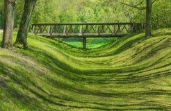 Holzbrücke über dem Tal Stockfoto