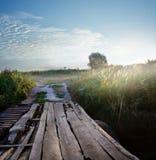 Holzbrücke über einem Fluss in der Steppe Lizenzfreie Stockfotos