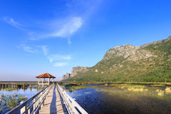 Holzbrücke über einem See in Sam Roi Yod National Park Lizenzfreies Stockbild