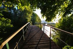 Holzbrücke über Fluss am sonnigen Tag lizenzfreie stockfotografie