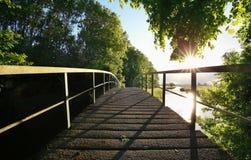 Holzbrücke über Fluss am sonnigen Tag stockfoto