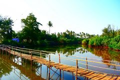 Holzbrücke über Stauwassern stockfotos