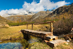 Holzbrücke - Adamello Trento Italien Stockbild