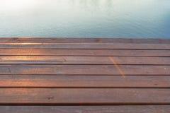 Holzbrücke auf dem Fluss Stockbilder