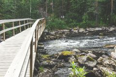 Holzbrücke auf dem Fluss, Finnland Lizenzfreies Stockfoto