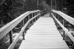 Holzbrücke auf dem Fluss, Finnland Lizenzfreie Stockbilder
