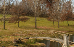 Holzbrücke auf einem Teich Stockfotografie