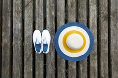 Holzbrücke auf ihr Hut und Schuhe Stockfotos