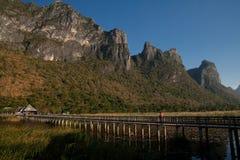 Holzbrücke bei Khao Sam Roi Yot Lizenzfreie Stockfotografie