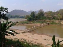Holzbrücke bei Laos Stockfotografie