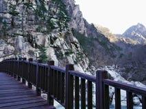 Holzbrücke in den Bergen Stockbild