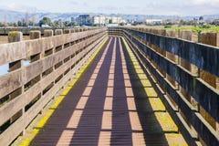 Holzbrücke in Don Edwards-Schutzgebiet, Bereich Fremonts, San Francisco Bay, Kalifornien lizenzfreie stockfotos