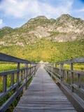 Holzbrücke durch das moutain Stockfotos