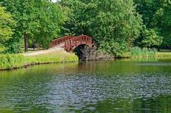 Holzbrücke in einem allgemeinen Park in Leipzig, Deutschland lizenzfreie stockfotografie