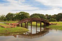 Holzbrücke in einem garden& x27; historischer Park s Ayutthaya, Ayutthaya Lizenzfreies Stockfoto