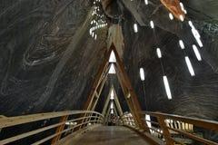 Holzbrücke im Turda-Salzbergwerk Stockfotos