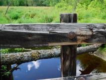 Holzbrücke-Leitschiene mit Strom im Hintergrund Lizenzfreies Stockfoto