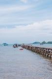 Holzbrücke in Meer mit Booten Stockbilder
