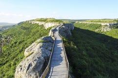 Holzbrücke mit Felsen Lizenzfreie Stockbilder