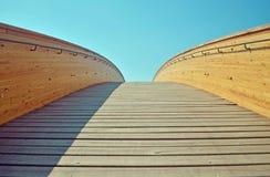 Holzbrücke mit Geländer Stockbild