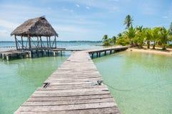 Holzbrücke mit kleiner Hütte auf Bocas-del Toro stockfotografie