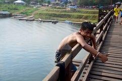 Holzbrücke Saphan Montag springende Form der Leute gehen zu Samprasob Riv Lizenzfreie Stockfotos