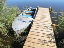 Holzbrücke und Boot Stockfoto