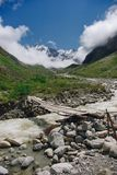 Holzbrücke und Gebirgsfluss, Russische Föderation, Kaukasus, Stockfotografie