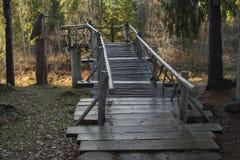 Holzbrücke und hölzerner Vogel Stockfotografie
