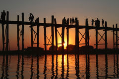 Holzbrücke und Leute bei Sonnenuntergang Lizenzfreies Stockfoto