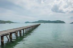 Holzbrücke und Meer Stockbild
