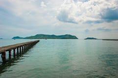 Holzbrücke und Meer Stockfotografie