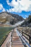 Holzbrücke und schöner See der Porzellanlandschaft Stockbilder