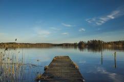 Holzbrücke und See in Schweden Skandinavien Europa stockfotos