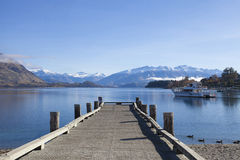 Holzbrücke am Wanaka See in Neuseeland Stockbilder