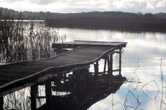 Holzbrücke zum See im Herbst lizenzfreies stockbild