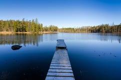 Holzbrücke zur Mitte des Sees Lizenzfreie Stockfotografie