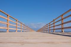 Holzbrücke zur Unendlichkeit Stockfotografie