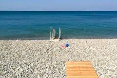 Holzbrückeleiter für Abfall in das Meer stockfoto