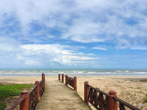 Holzbrückeweise zum Meer Lizenzfreie Stockfotos