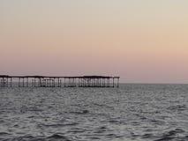 Holzbrücke, die auf das Arabische Meer verlängert Stockfotos
