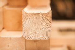 Holzen Sie industrielle hölzerne Beschaffenheit, Bauholzkolbenhintergrund ab Lizenzfreies Stockfoto