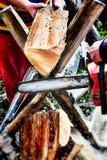Holzfäller, der einen Baum für Brennholz schneidet Lizenzfreies Stockfoto