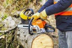 Holzfäller, der versucht, Kettensäge anzustellen Stockfoto