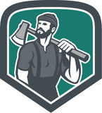 Holzfäller Holding Axe Shield Retro- Lizenzfreies Stockbild