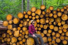 Holzfäller im Wald stockfotografie
